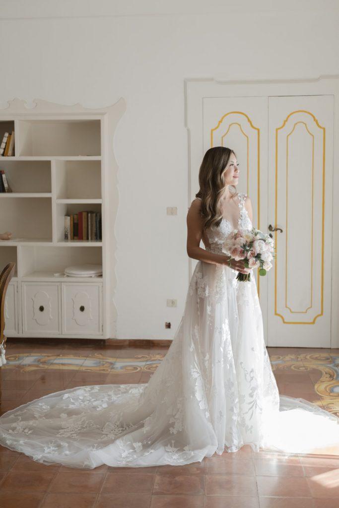 2021-06-Love-Nozze-Matrimonio-Positano-Sposa-Dettagli-Abito-in-pizzo-Bouquet-Sposa