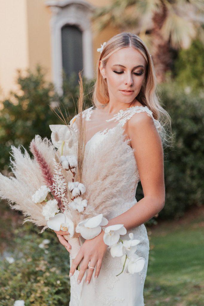 2021-06-Love-Nozze-Matrimonio-Lago-Maggiore-Sposa-con-Bouquet-Elegante