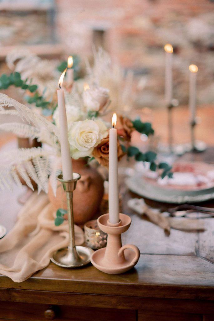 Mis en place e allestimento tavola matrimonio in stile raffinato e chic dai colori terracotta, sabbia e bronzo, su un tavolo in legno